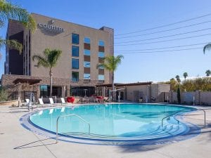 Country Inn & Suites: Anaheim CA - Pool with hotel in the background