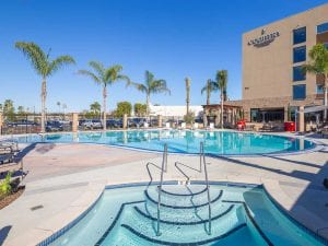 Country Inn & Suites: Anaheim CA - Pool with holel in the background
